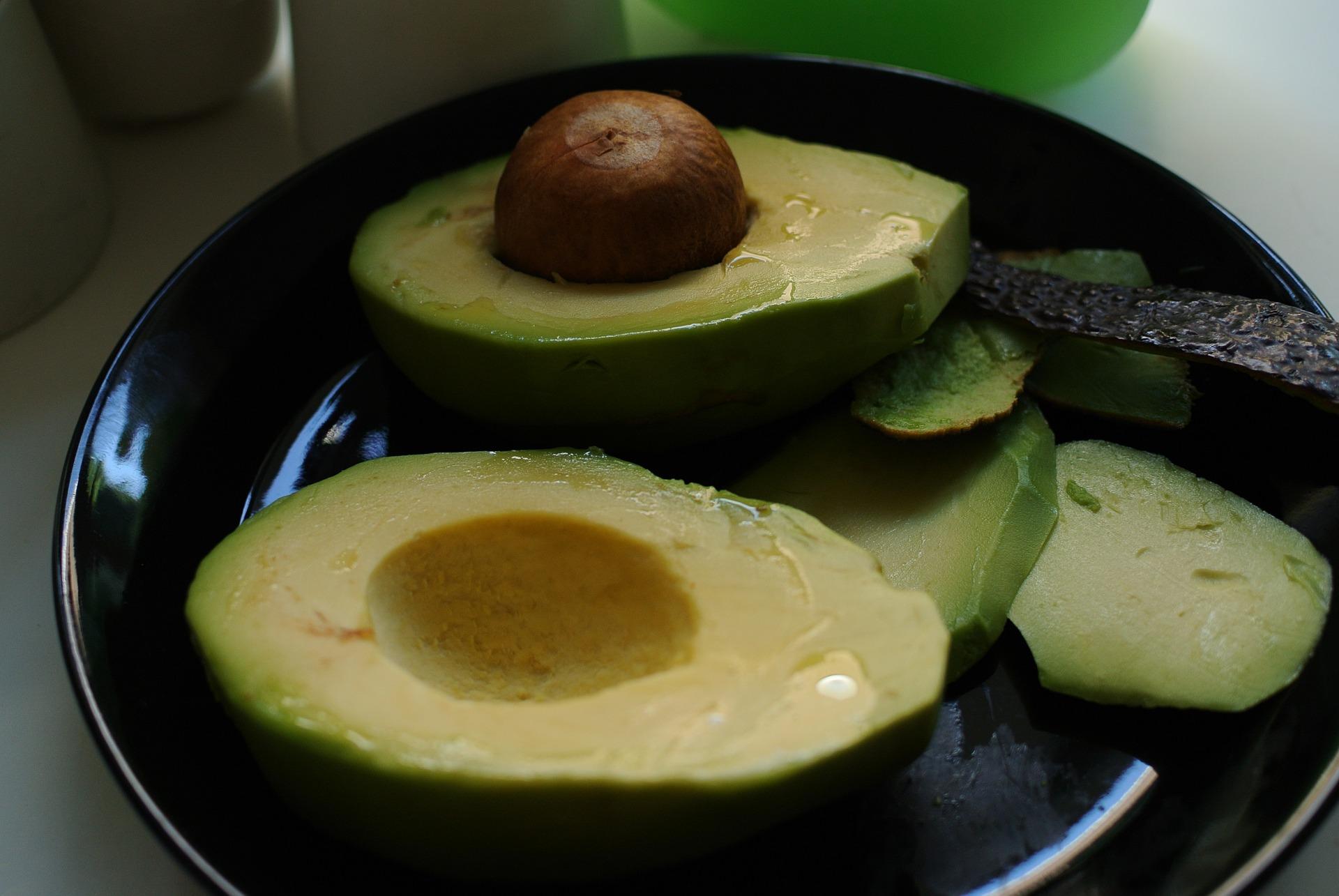Avocado mit gehackten Oliven gefuellt